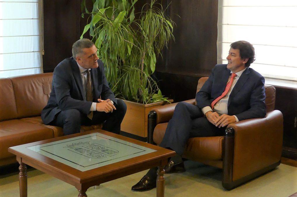 Radioterapia, transporte e industria, temas centrales en la reunión de Por Ávila con el presidente de la Junta de Castilla y León